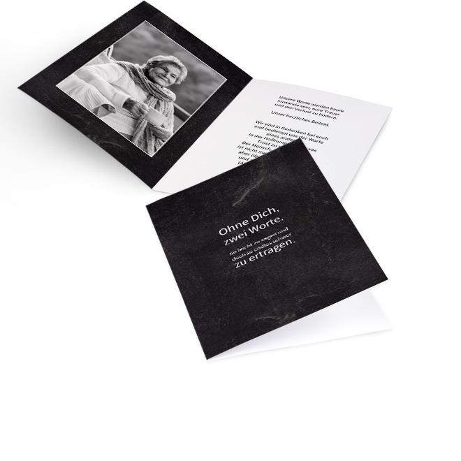 Abbildung einer schwarzen Einladung zur Beerdigung im Hochformat, mit weissem Spruch. Die Innenseiten bieten Platz fuer grosses Foto links und Text rechts.