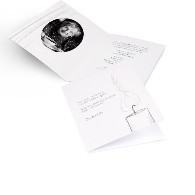 Abbildung weisser Einladung zur Beerdigung in Hoch, mit Schriftzug und einer gezeichneten Kerze. Die Innenseiten bieten Platz fuer ein rundes Foto links und Text rechts.