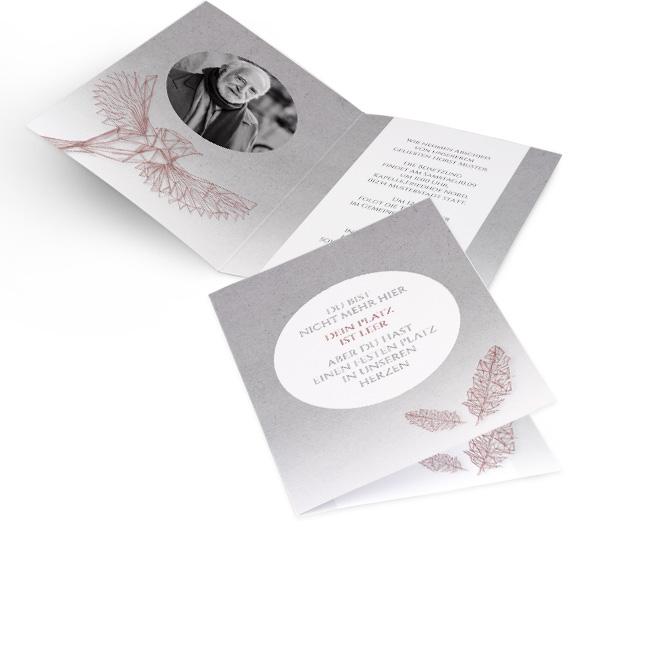 Abbildung graue Einladung zur Beerdigung in Hoch, mit Schrift in weissem Kreis und altrosanen Federn rechts unten. Innenseiten mit Platz fuer rundes Foto und Text rechts.