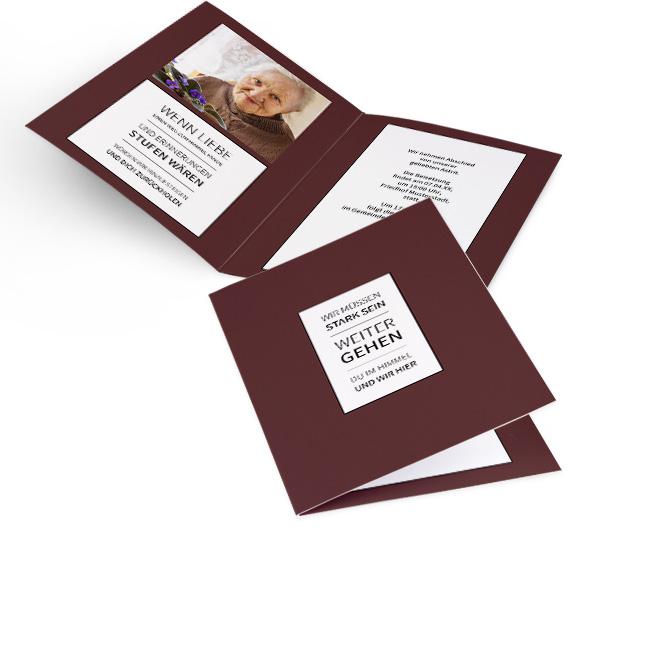 Abbildung weinroter Einladung zur Beerdigung im Hochformat, mit Spruch in weissem Rechteck. Die Innenseiten bieten Platz fuer Foto links und Text auf beiden Seiten.