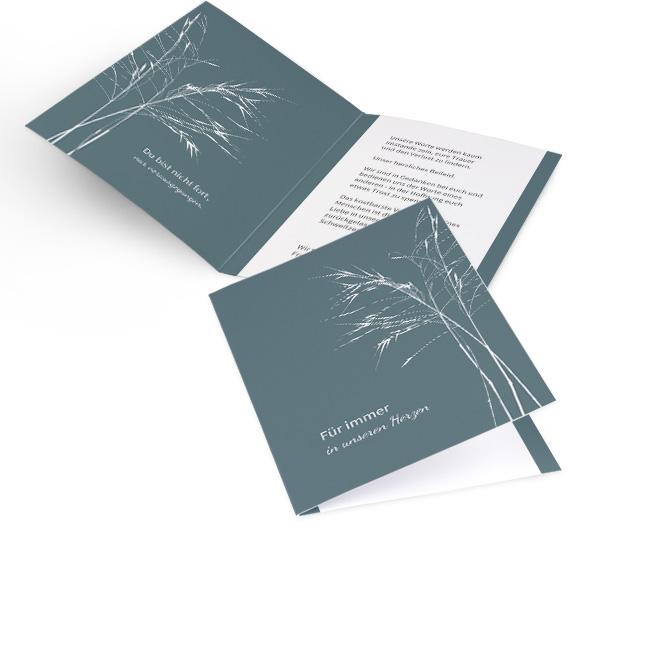 Abbildung blaugrauer Einladung zur Beerdigung in Hoch, mit Spruch und zarten weissen Graesern am rechten Rand. Die Innenseiten bieten Platz fuer Text links und rechts.