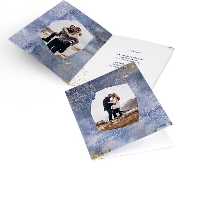 Abbildung einer blauen Valentinstag-Karte im Hochformat zum selbst gestalten. Vorderseite im Aquarell-Design mit Foto und Innenseite mit einem Foto links und Text rechts.