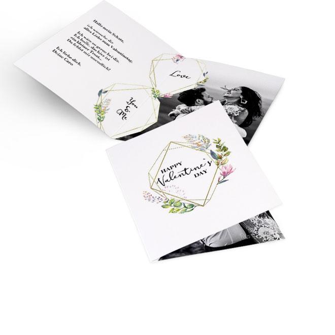 Abbildung einer weissen Valentinstag-Karte im Hochformat zum selbst gestalten. Polygon-Design auf Vorderseite mit Text. Innenseite mit links Text und grossem Foto rechts.