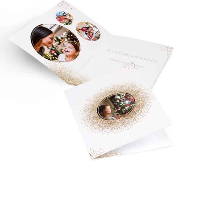 Weisse klassische Weihnachtskarten in Hoch mit Goldglitzer um rundes Foto. Die Innenseiten mit Goldglitzer bieten Platz fuer drei Fotos links und Text rechts.