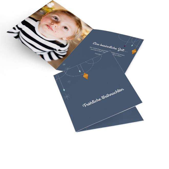 Dunkelgraue klassische Weihnachtskarten in Hoch mit Baumschmuck und Schriftzug Froehliche Weihnachten. Die Innenseiten bieten Platz fuer ein Foto links und Text rechts.