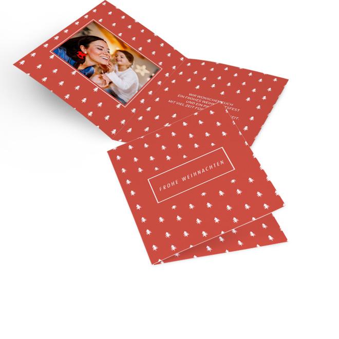 Rote moderne Weihnachtskarten in Hoch mit Rapport aus weissen Baeumen und Schriftzug FROHE WEIHNACHTEN. Die Innenseiten bieten Platz fuer ein Foto links und Text rechts.