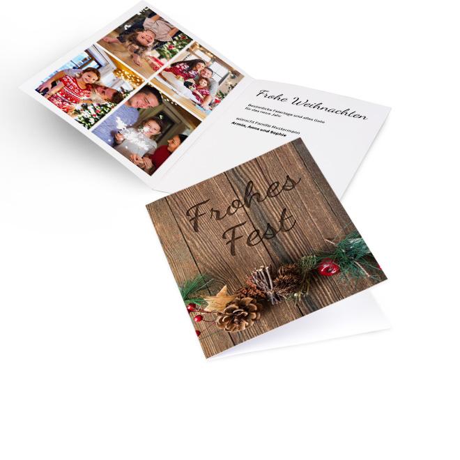 Braune nostalgische Weihnachtskarten als Hochformat in Holzoptik mit Schriftzug FROHES FEST und Gesteck. Innenseiten bieten Platz fuer vier Fotos links und Text rechts.