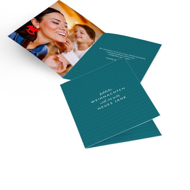 Petrolfarbene Bilder-Weihnachtskarten in Hoch mit Rapport und Schriftzug Froehliche Weihnachten und ein gutes neues Jahr. Innenseiten mit Platz fuer ein Foto und Text.