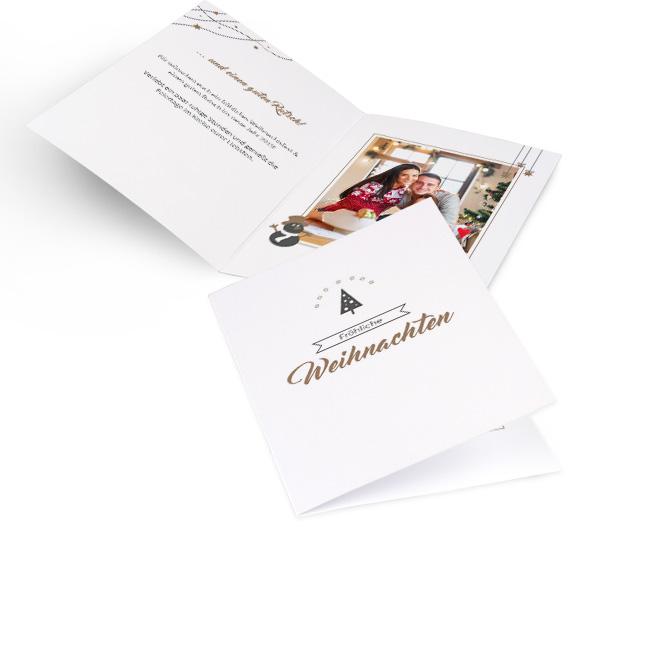 Edle weisse nostalgische Weihnachtskarten in Hoch mit Tanne ueber Schriftzug FROEHLICHE WEIHNACHTEN in Gold. Innenseiten mit Platz fuer Text links und ein Fotos rechts.