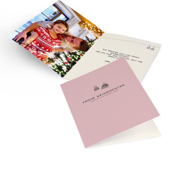 Rosa nostalgische Weihnachtskarten in Hoch mit zwei kleinen Bommelmuetzen und Schriftzug FROHE WEIHNACHTEN. Innenseiten mit Platz fuer ein Foto links und Text rechts.