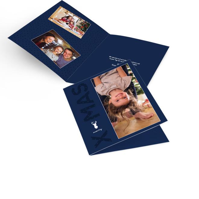 Blaue nostalgische Weihnachtskarten im Hochformat mit grossem Foto und Schriftzug MERRY XMAS. Die Innenseiten bieten Platz fuer zwei Fotos links und Text rechts.