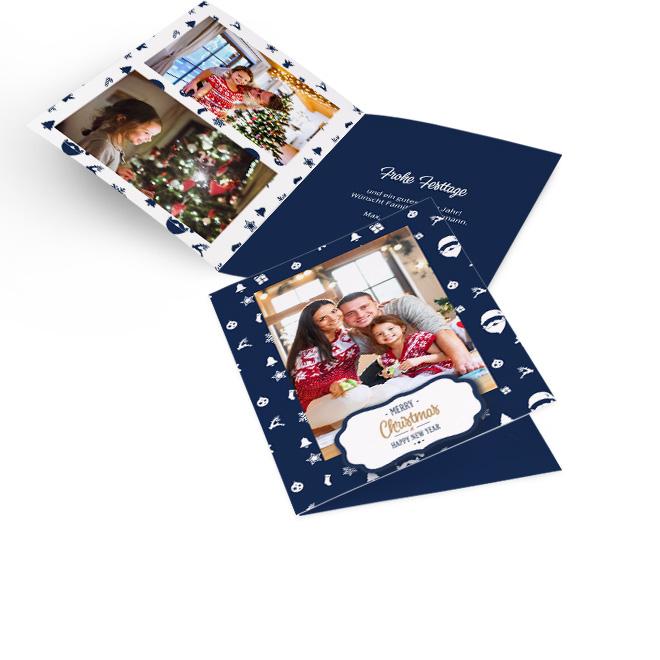 Blaue nostalgische Weihnachtskarten in Hoch mit Foto, weissen Symbolen und Schriftzug MERRY CHRISTMAS. Innenseiten bieten Platz fuer zwei Fotos links und Text rechts.