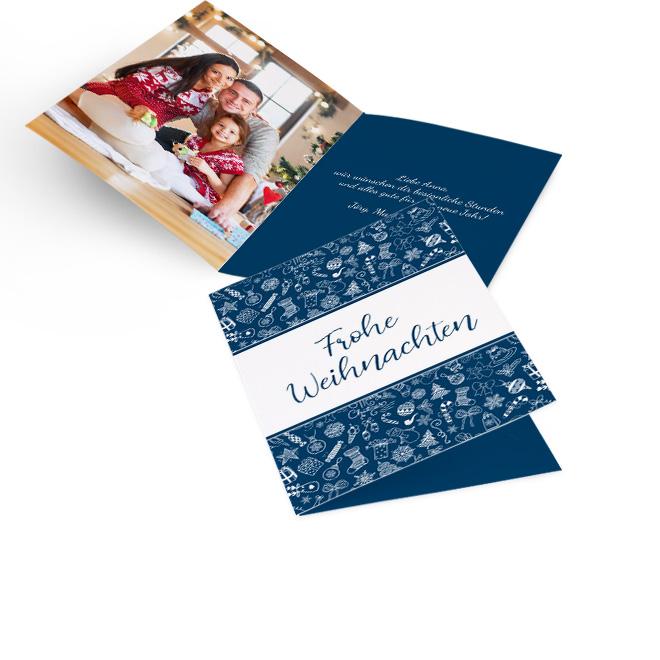 Blaue nostalgische Weihnachtskarten in Hoch. Symbolrapport, weisser Streifen und Schriftzug FROHE WEIHNACHTEN. Innenseiten mit Platz fuer ein Foto links und Text rechts.