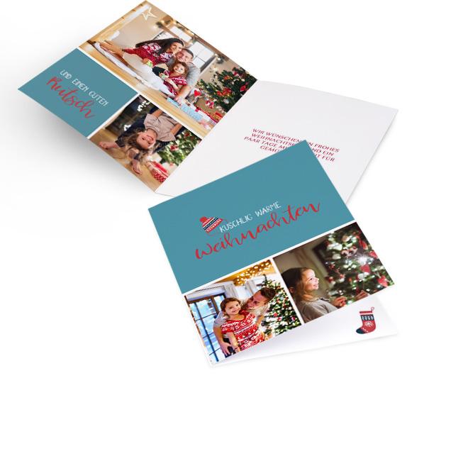 Hellblaue nostalgische Weihnachtskarten in Hoch. Schriftzug KUSCHLIG WARME WEIHNACHTEN in Rot-weiss mit 2 Fotos. Innenseiten mit Platz fuer 3 Fotos links und Text rechts.