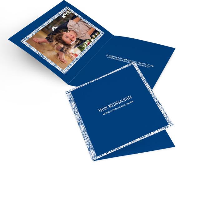 Blaue moderne Weihnachtskarten in Hoch mit weissem Rand und Schriftzug FROHE WEIHNACHTEN. Die Innenseiten bieten Platz fuer ein Foto links und Text rechts.