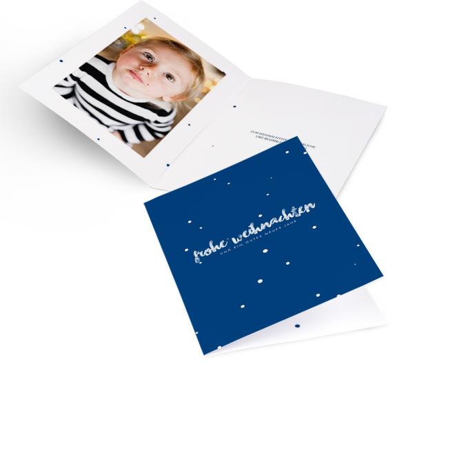 Blaue moderne Weihnachtskarten in Hoch mit Schneegestoeber und Schriftzug FROHE WEIHNACHTEN. Die Innenseiten bieten Platz fuer ein Foto links und Text rechts.