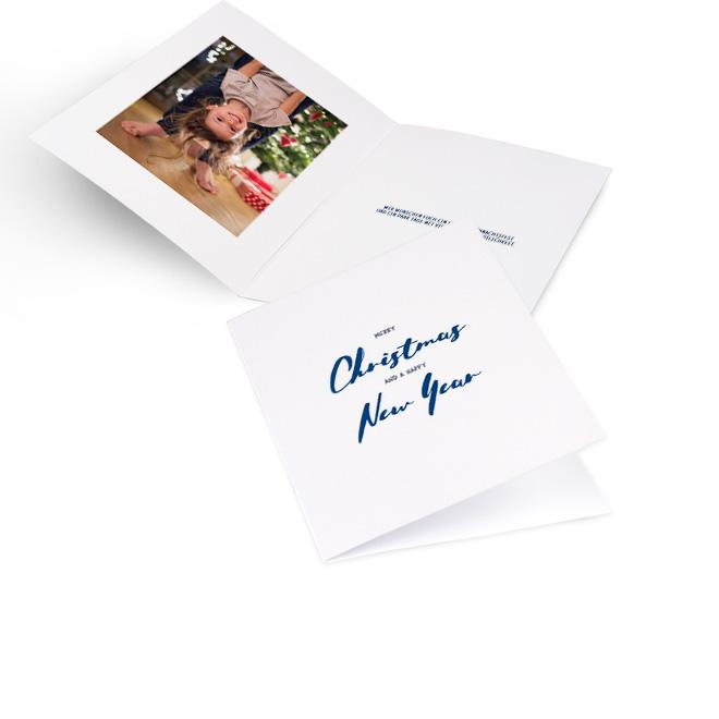 Weisse moderne Weihnachtskarten in Hoch mit Schriftzug MERRY CHRISTMAS AND A HAPPY NEW YEAR in Blau. Die Innenseiten bieten Platz fuer ein Foto links und Text rechts.