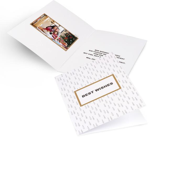 Weisse moderne Weihnachtskarten in Hoch mit Rapport aus Winterbaeumen und Schriftzug BEST WISHES. Die Innenseiten bieten Platz fuer ein Foto links und Text rechts.